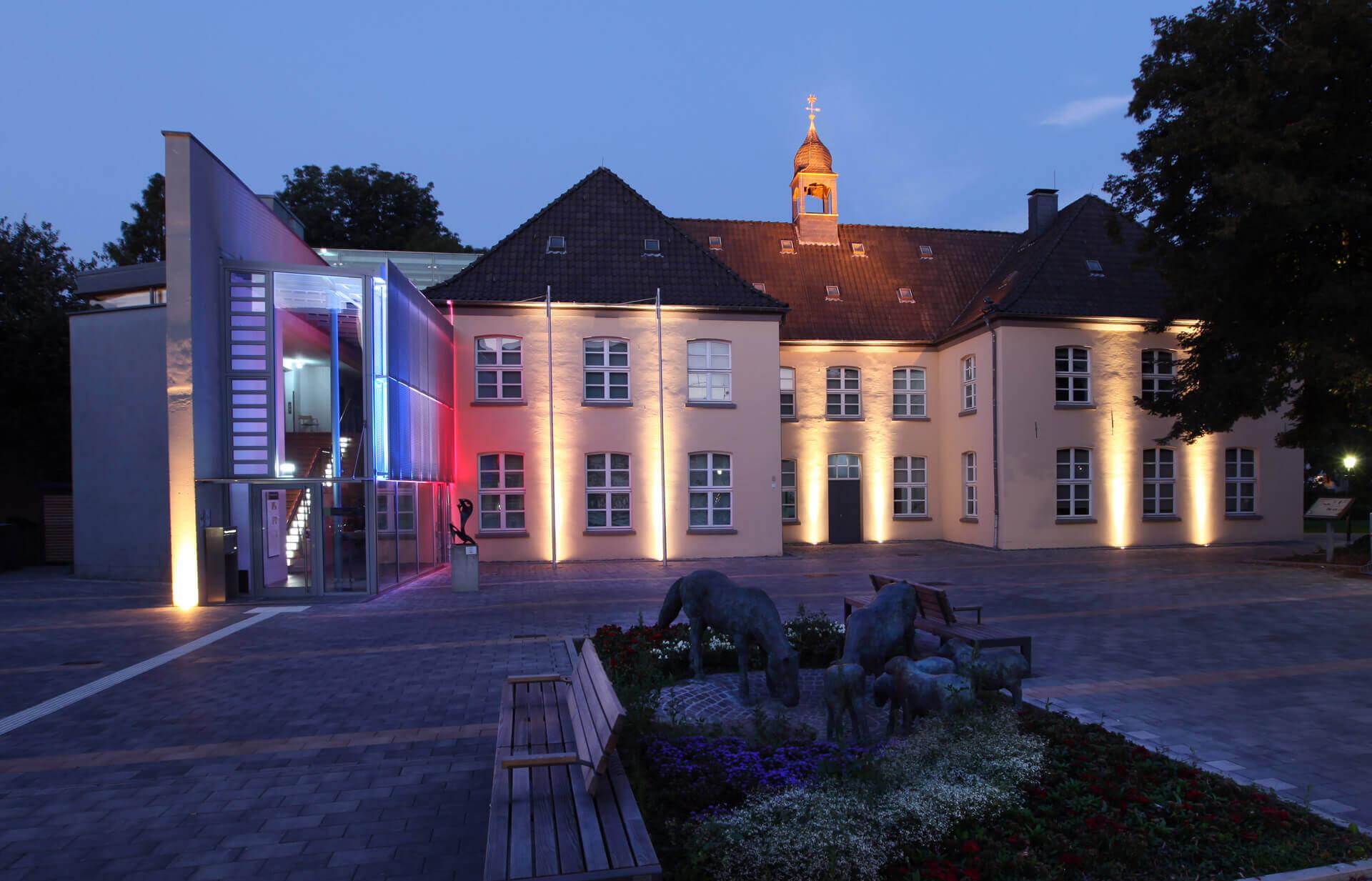 Museum Voswinckelshof - Vorderseite späte Dämmerung - fotografiert von Martin Büttner