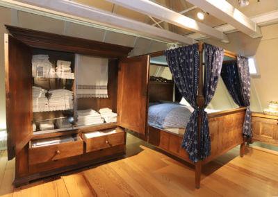 Museum Voswinckelshof Dachgeschoss - Textil Schrank und Bett - fotografiert von Martin Büttner